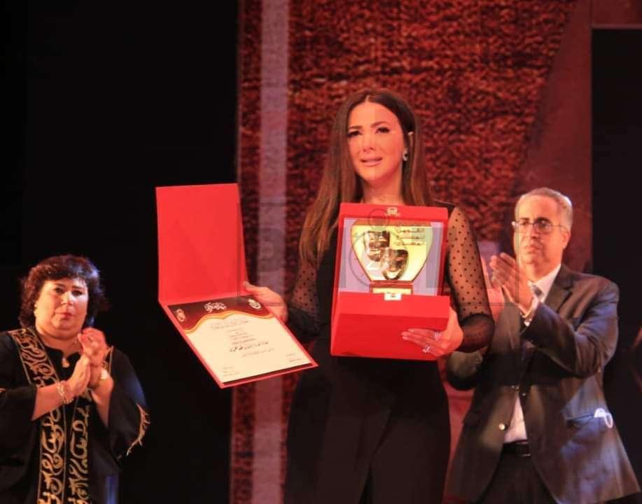 شاهد.. دنيا سمير غانم تبكي في تكريم والديها بالمسرح القومي
