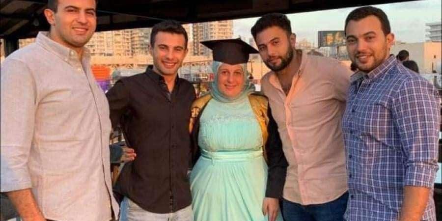 4 شباب يحتفلون بتخرج والدتهم من الجامعه بعد طلاقها من والدهم