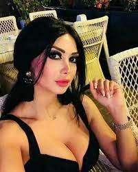 سعودي يفقد أعصابه عندما شاهد صدر دانا جبر يخرج من فستانها