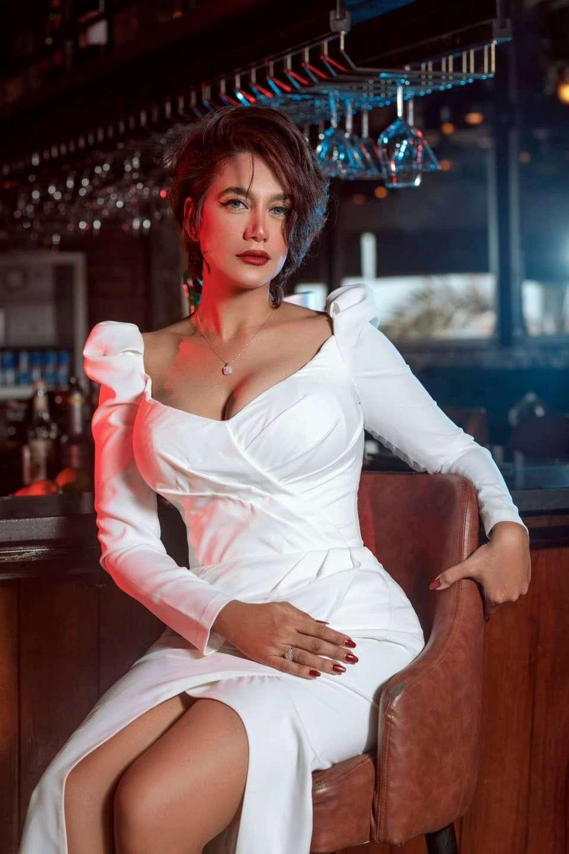 شاهد- الصاروخ راندا عبدالسلام تبرز جمالها الساحر بالفستان الأبيض
