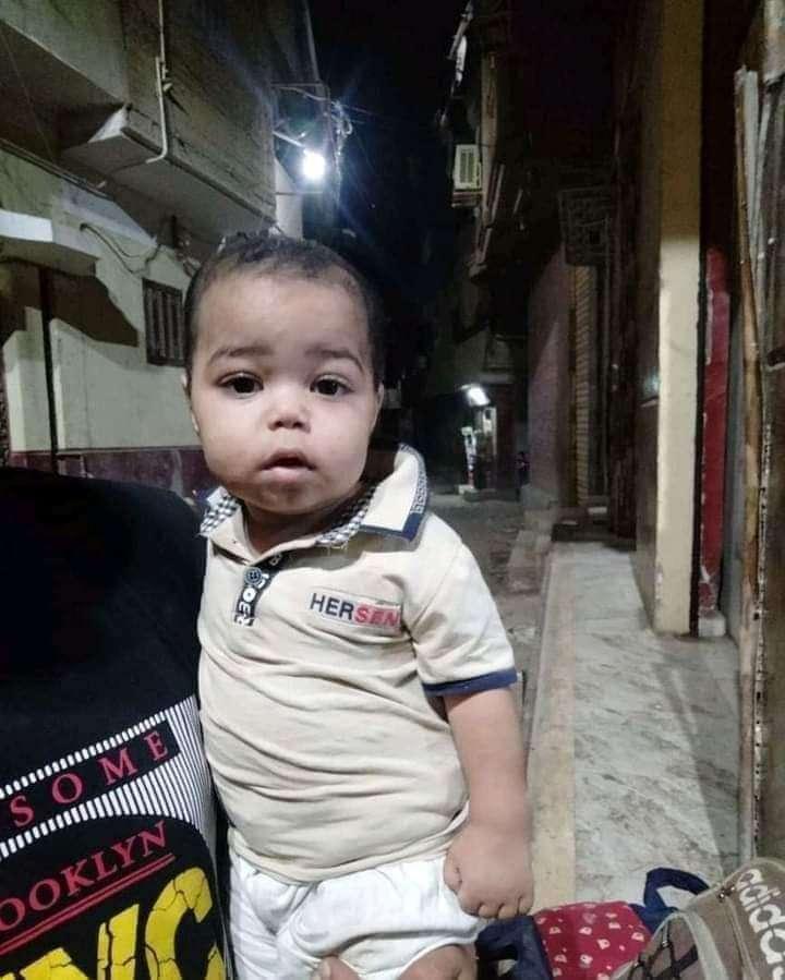 مجهول يلقي طفل وحقيبة ملابسه امام احد المنازل بالشرقية