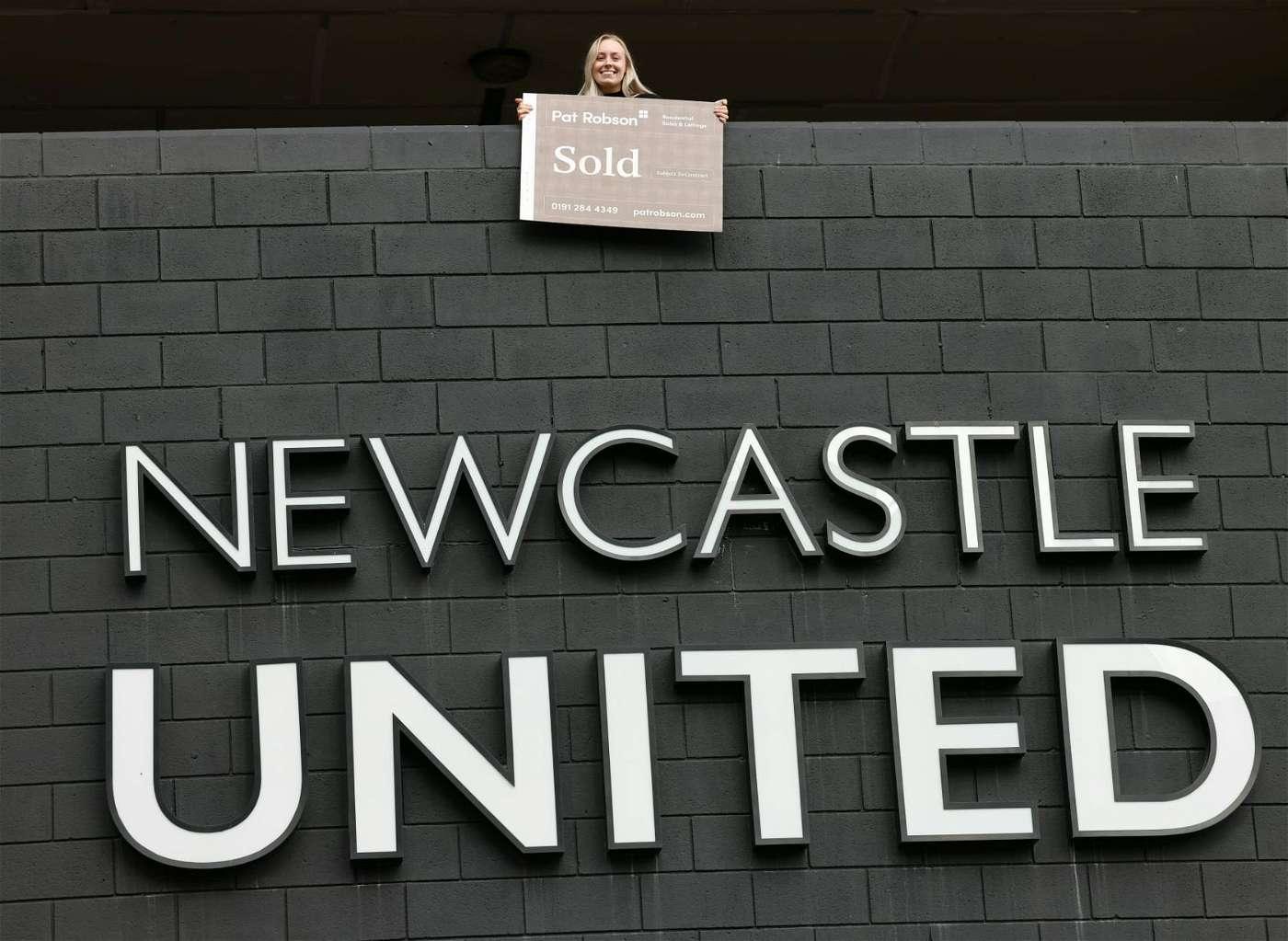 جماهير نيوكاسل تحتفل باستحواذ السعودية على النادي