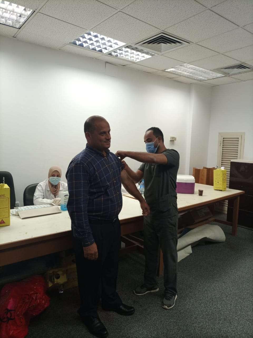 استمرار تطعيم الأساتذة والعاملين والطلاب ضد كورونا بجامعة حلوان