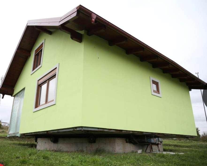 ليجنّبها الملل .. رجل بوسني يبني لزوجته منزلاً دَوَّاراً